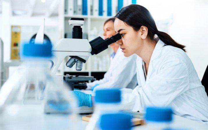 women at microscopes